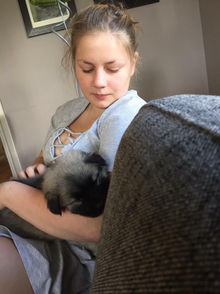 Wilma med en bäbis i famnen.